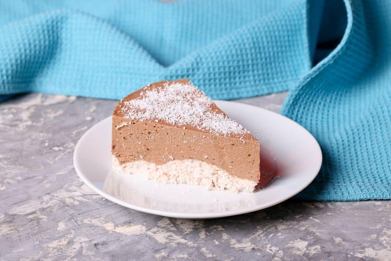 Fatia do bolo da musse de chocolate três em uma placa pequena fotografia de stock royalty free