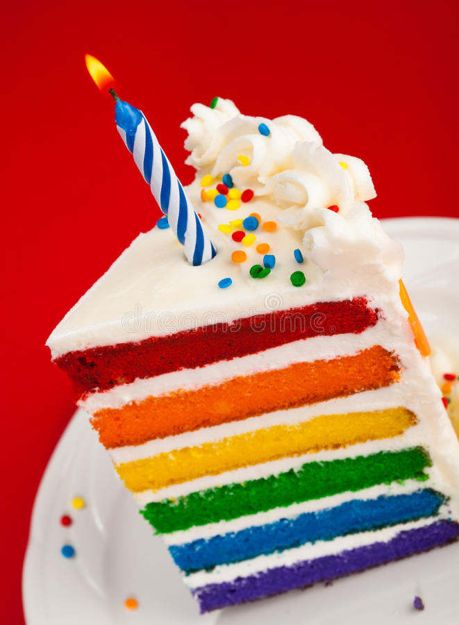 Fatia do bolo de aniversário do arco-íris imagens de stock royalty free