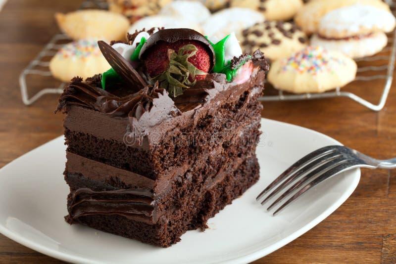 Fatia do bolo de chocolate com biscoitos fotos de stock royalty free