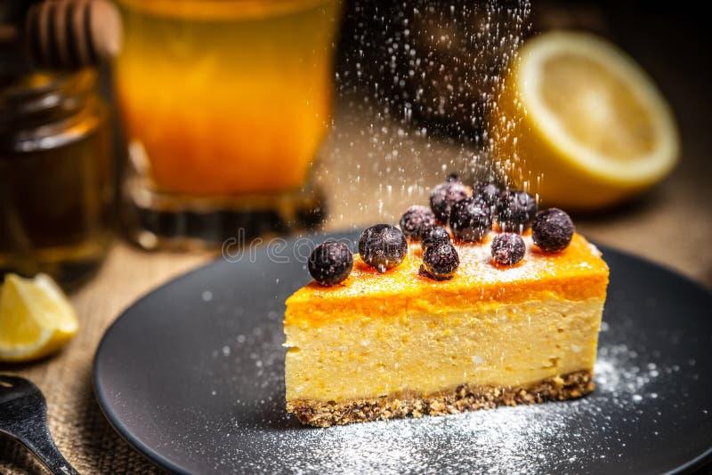 Fatia do bolo de queijo em uma placa azul Sugar Snow Sugar Snow fotos de stock royalty free