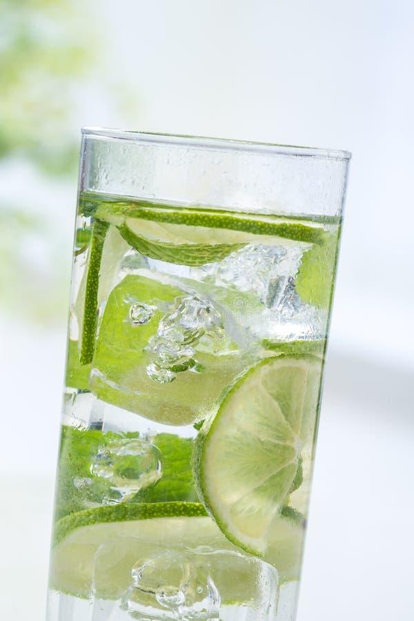Download Fatia do cal na água foto de stock. Imagem de fluir, líquido - 65576596