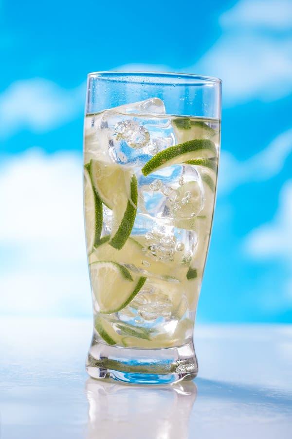 Download Fatia do cal na água foto de stock. Imagem de azul, saudável - 65576738