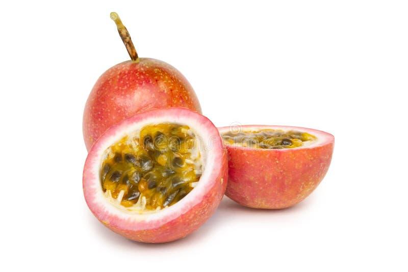 Fatia do fruto de paixão do close up isolada no fundo branco foto de stock
