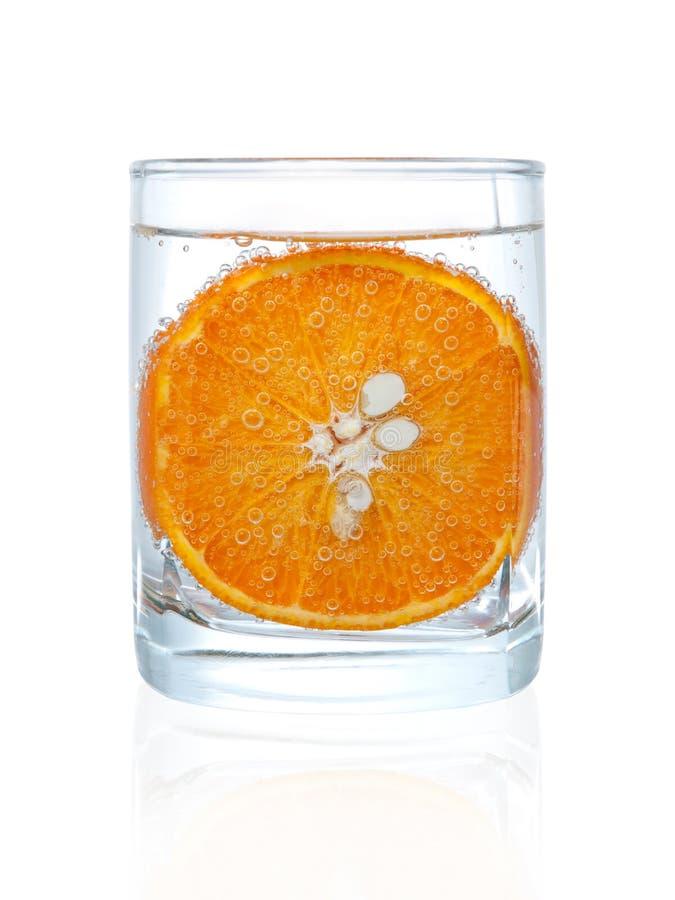 Fatia do mandarino no vidro da água foto de stock royalty free