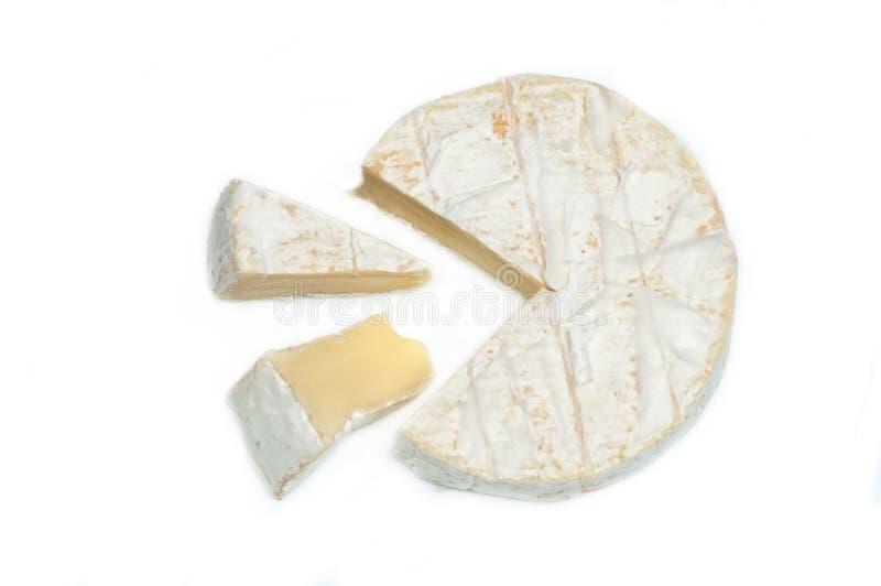 Fatia do queijo do camembert disparada no fundo branco fotografia de stock royalty free