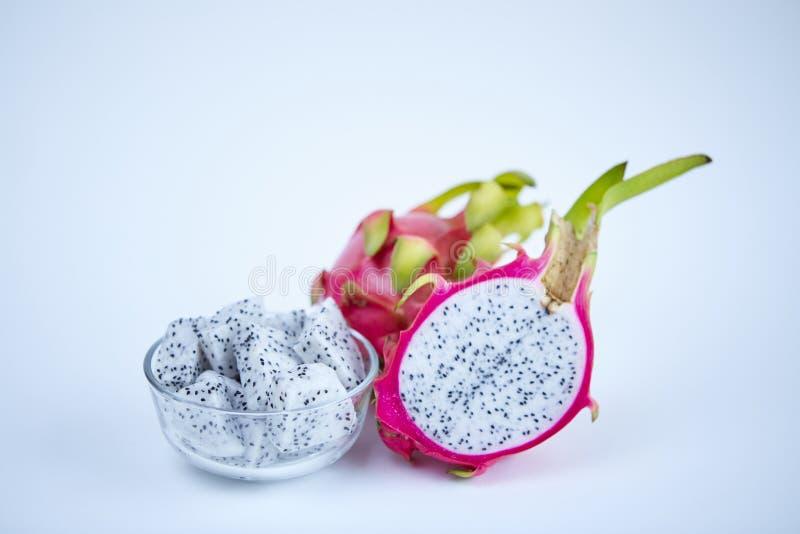 Fatia fresca do fruto do dragão na bacia no fundo branco foto de stock royalty free