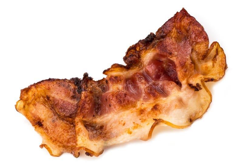 Fatia friável cozinhada de bacon isolada no fundo branco foto de stock