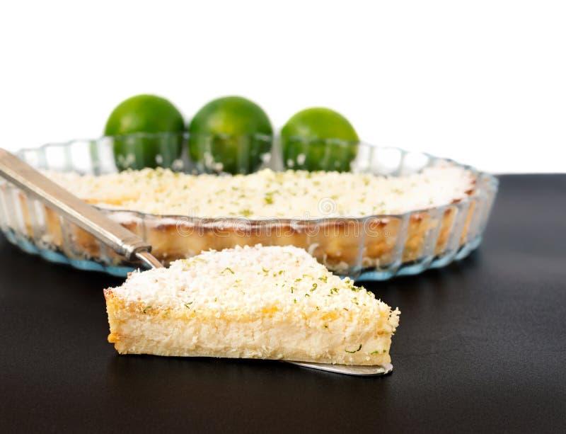 Fatia impossível da torta do cal do limão em um servidor de prata da torta fotos de stock