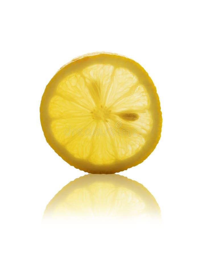 Fatia redonda de limão amarelo isolada com trajeto de grampeamento imagens de stock royalty free