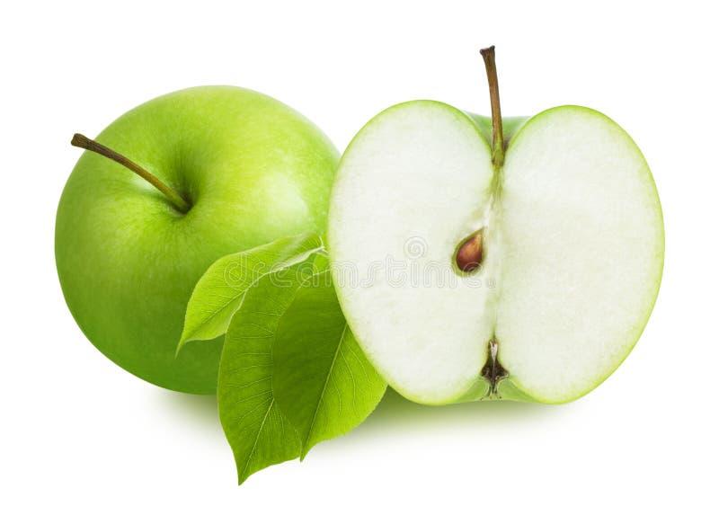 Fatia verde da peça de Apple e do corte meia com as folhas isoladas no fundo branco fotos de stock
