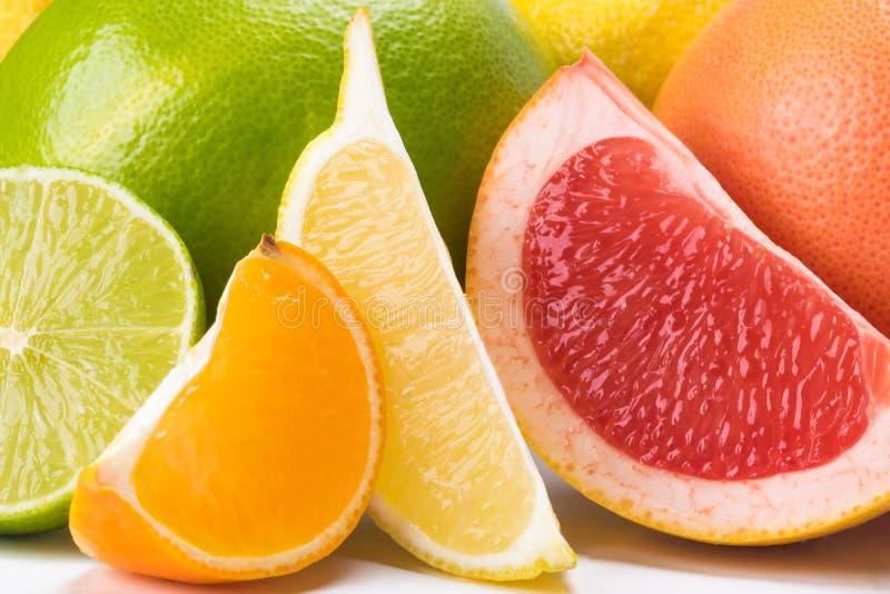 Fatias abstratas de citrino em um fundo de frutos inteiros imagens de stock