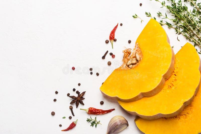 Fatias de abóbora madura com especiarias e azeite Ingredientes dos vegetais para cozinhar Conceito do alimento do outono imagem de stock royalty free