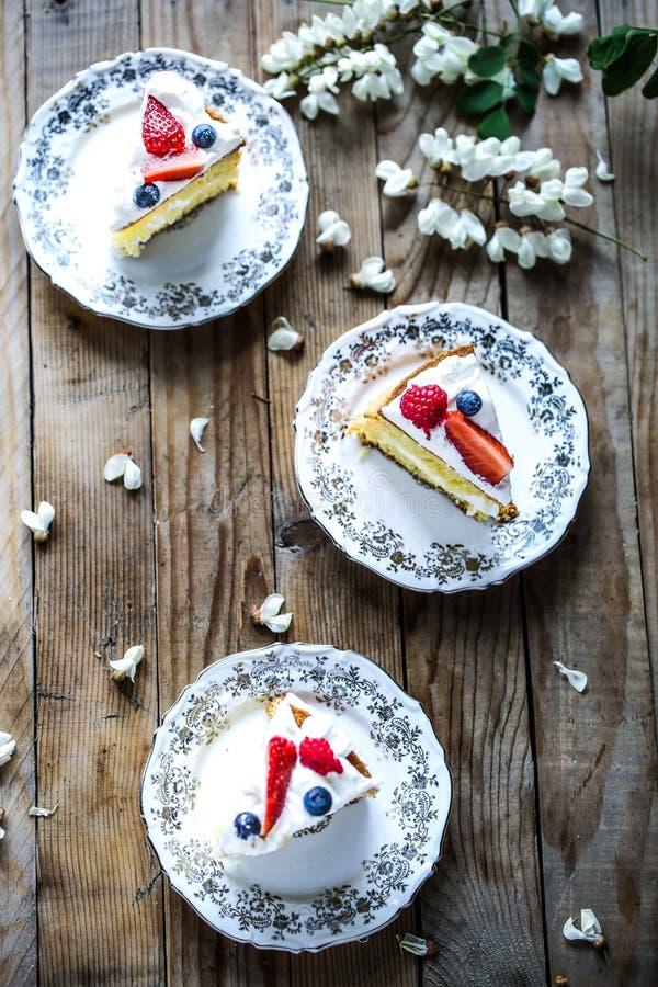 Fatias de bolo de esponja de Victoria fotos de stock royalty free