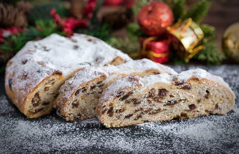 Fatias de bolo tradicional, alemão de Stollen do Natal imagens de stock