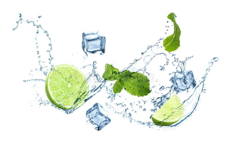 Fatias de cal suculento, de hortelã fresca e de espirrar a água fria no branco imagens de stock
