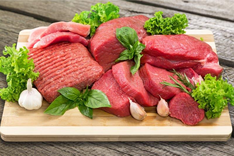 Fatias de carne crua com alface e alho foto de stock