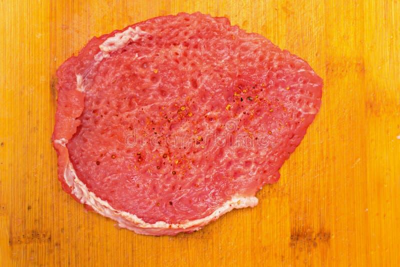Fatias de carne fresca do lombo da carne de porco a bordo fotos de stock
