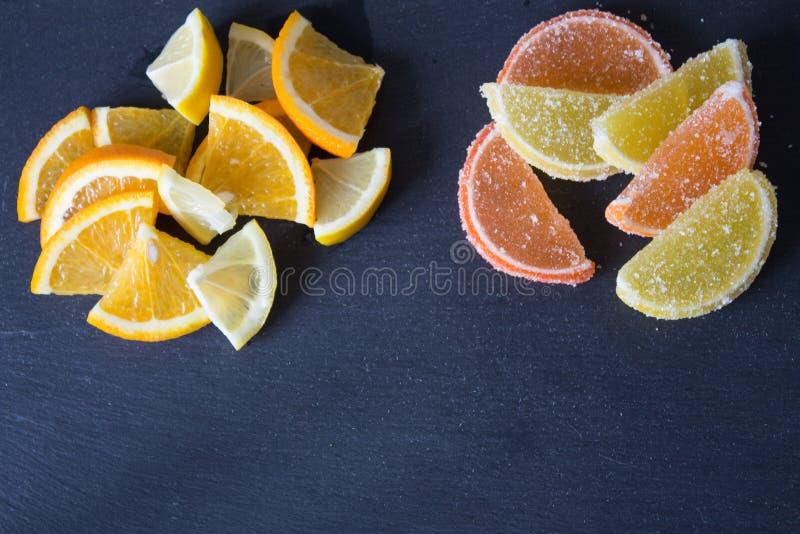 Fatias de doce de fruta limão e partes alaranjadas Amarelo e laranja foto de stock