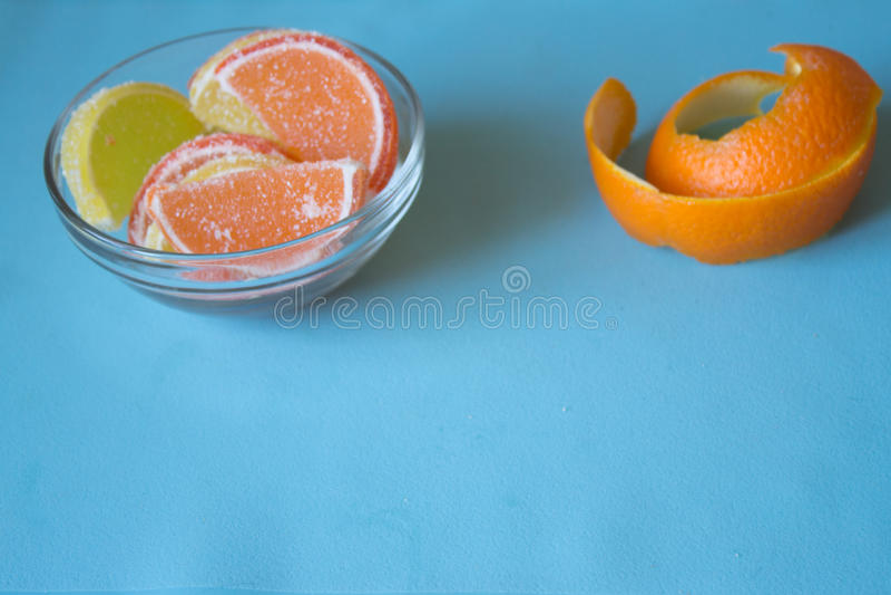 Fatias de doce de fruta limão e partes alaranjadas na placa com orangotango imagem de stock royalty free