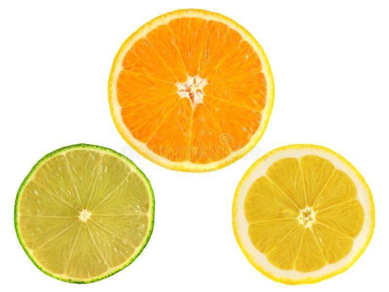 Fatias de laranja madura, limão, cal no branco foto de stock