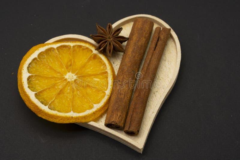 Fatias de laranja secada com anis de estrela e especiaria da canela imagem de stock