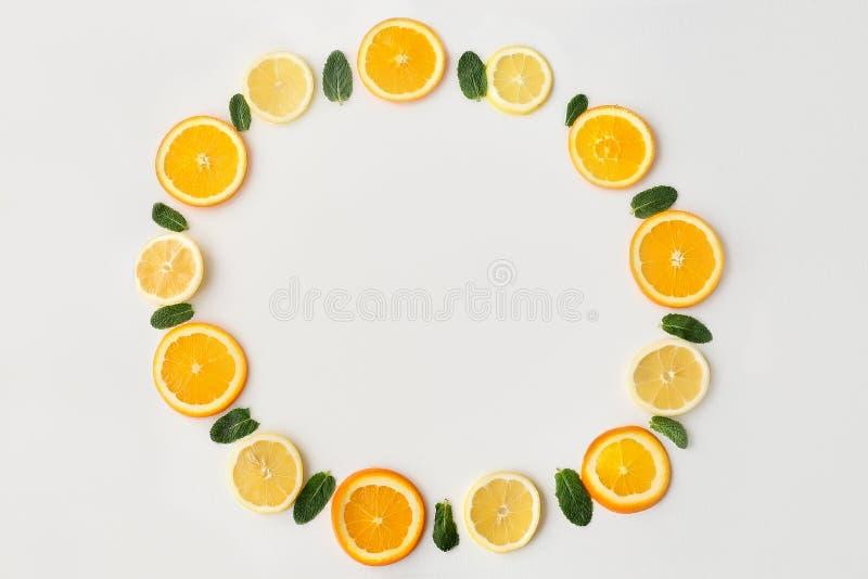 Fatias de limão alaranjado em um círculo fotografia de stock royalty free