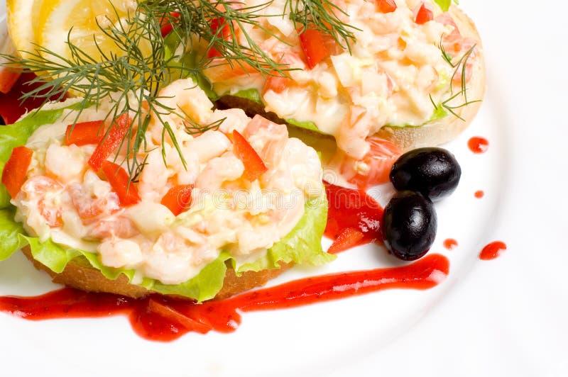 Fatias de pão com salada do camarão imagem de stock