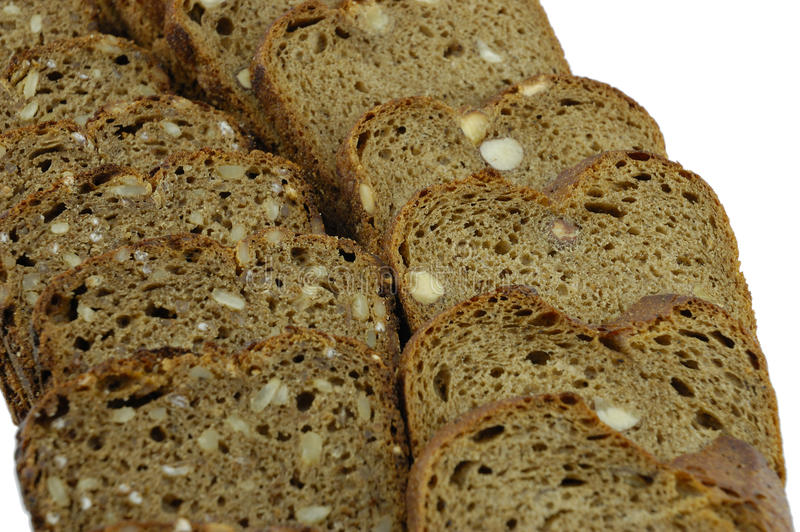Fatias de pão de centeio em um fundo branco foto de stock