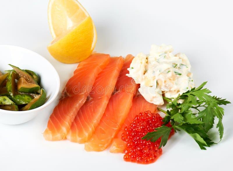 Fatias de peixes vermelhos com caviar imagens de stock royalty free