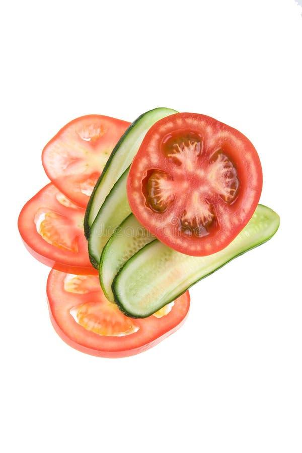 Fatias de pepino e de tomate fotos de stock royalty free