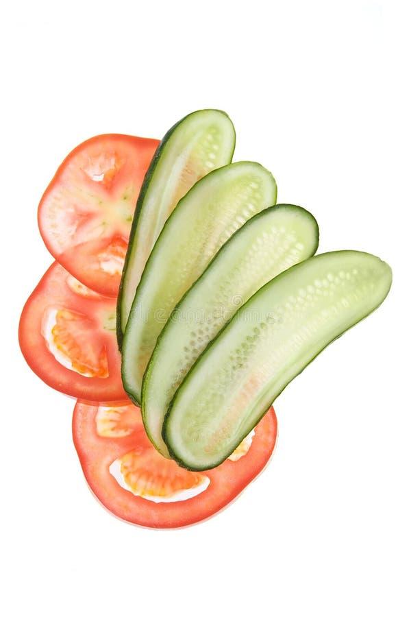 Fatias de pepino e de tomate imagem de stock