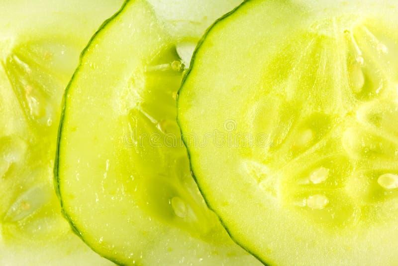 Fatias de pepinos de conservação em vinagre orgânicos frescos foto de stock