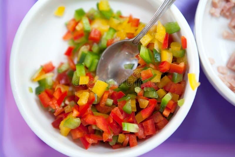 Fatias de pimenta de sino verde, amarela e vermelha imagens de stock royalty free