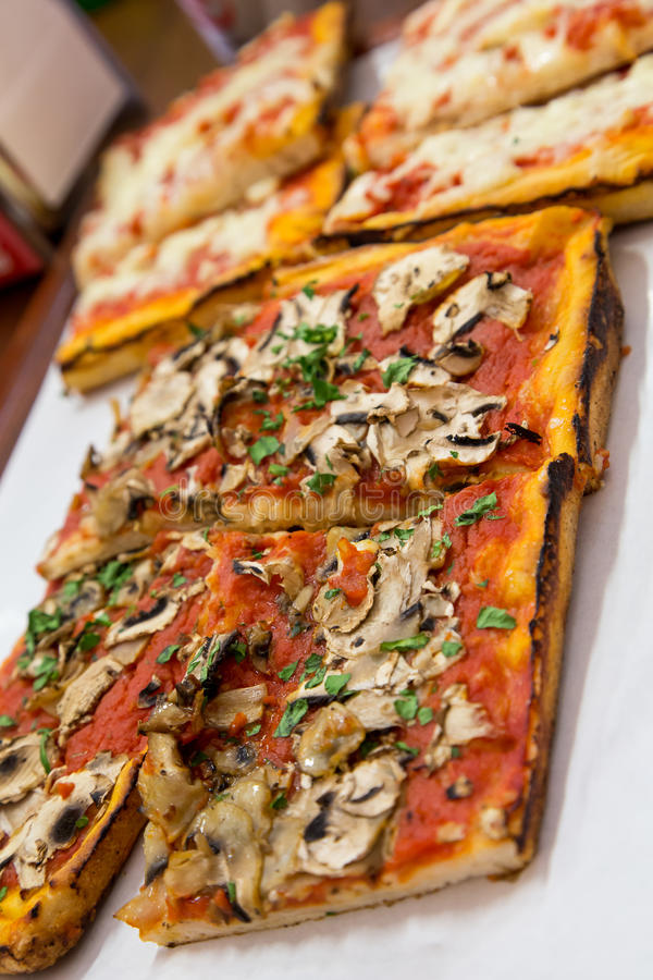 Fatias de pizza em Roman Pizzeria imagens de stock