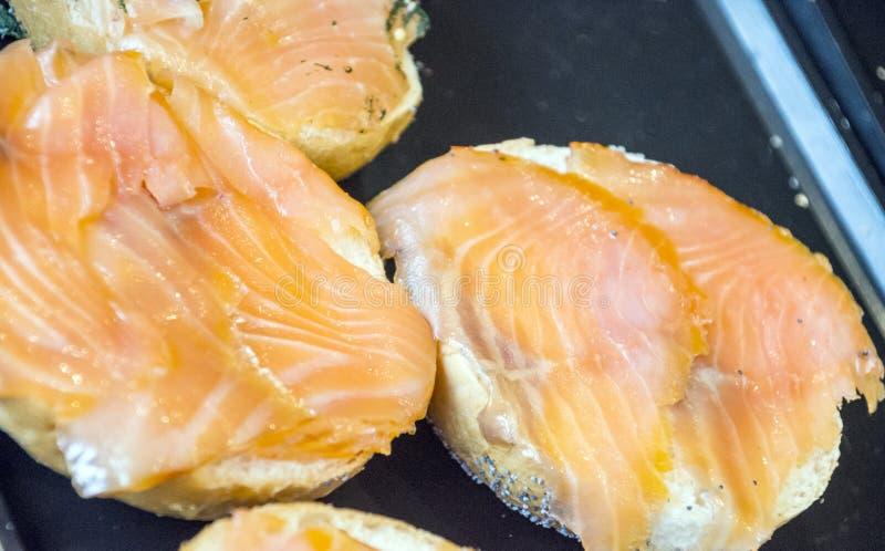 Fatias de salmões em um pão imagem de stock royalty free
