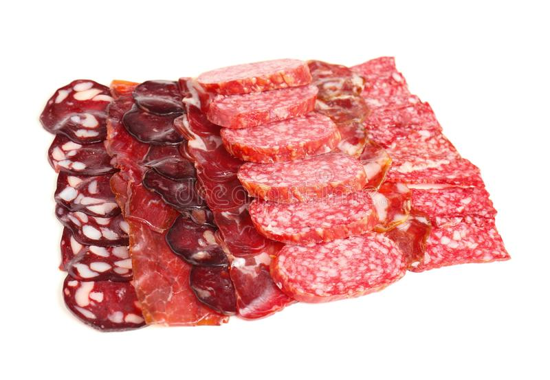 Fatias de salsichas e de carne fumados diferentes no fundo branco fotografia de stock royalty free