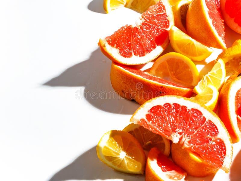 Fatias de toranja e de limão suculentos no fundo branco Vista superior fotografia de stock