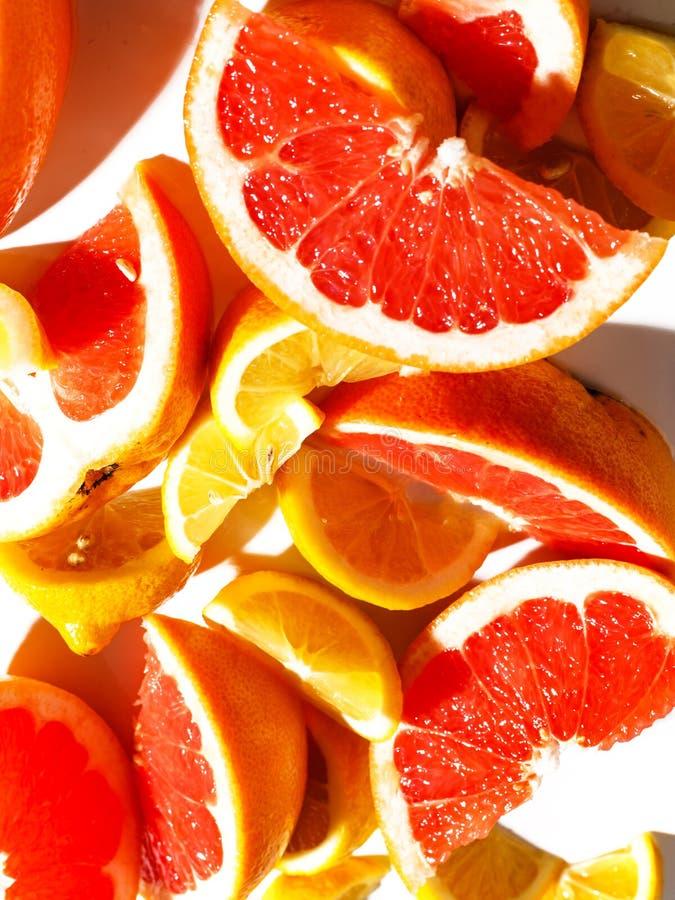 Fatias de toranja e de limão suculentos no fundo branco Vista superior fotos de stock royalty free