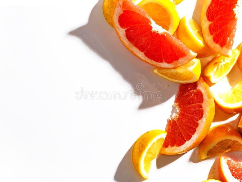 Fatias de toranja e de limão suculentos no fundo branco Vista superior foto de stock
