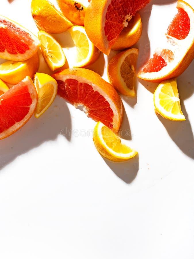 Fatias de toranja e de limão suculentos no fundo branco Vista superior imagens de stock