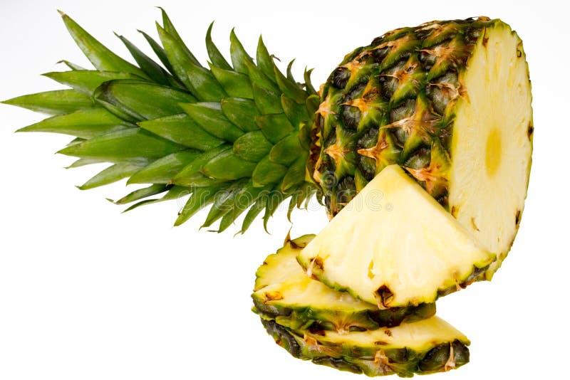 Fatias do abacaxi isoladas no fundo branco fotografia de stock