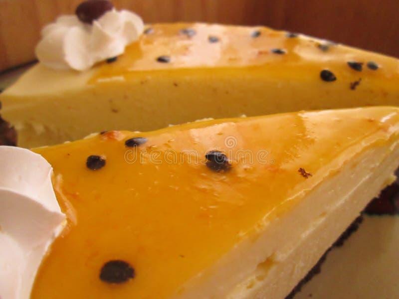 Fatias do bolo de queijo do fruto de paixão imagem de stock