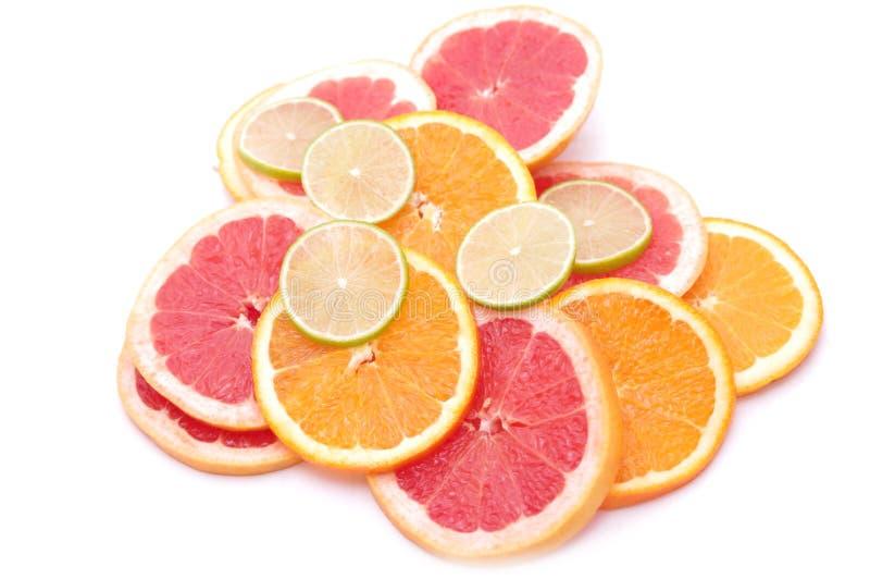 Fatias do citrino - laranja, cal, pamplumossa foto de stock