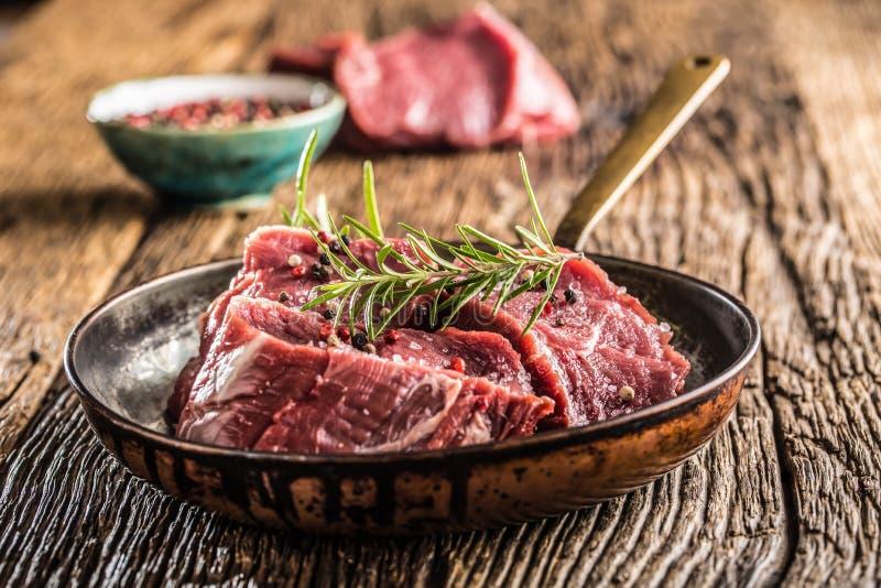 Fatias do close-up de pimenta de sal do bife do tenterloin da carne e rosemar foto de stock royalty free