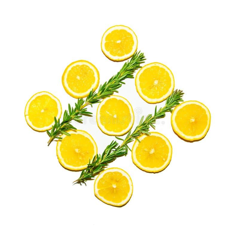 Fatias do lim?o com a folha dos alecrins isolada no fundo branco fotos de stock