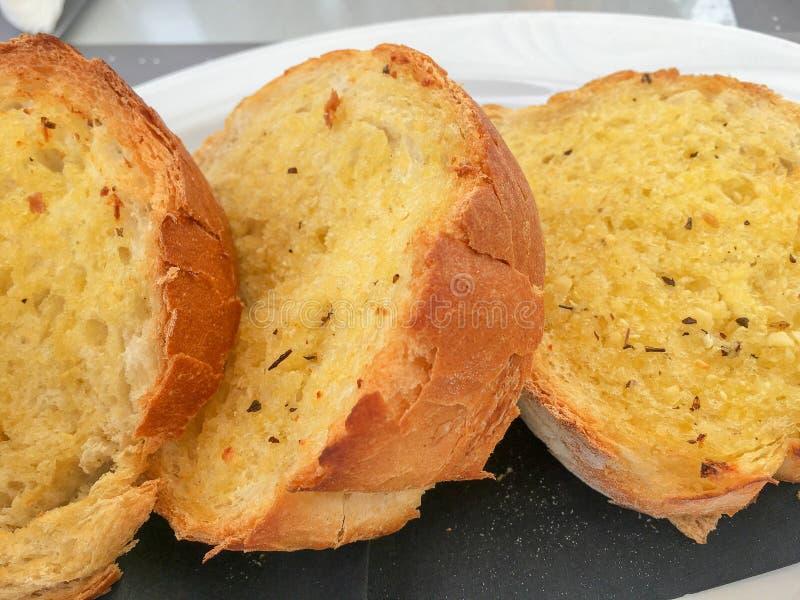 Fatias do pão do alho e da erva foto de stock