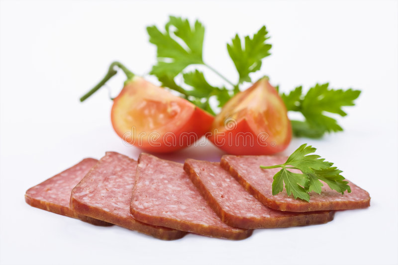 Fatias do Salami com tomates fotos de stock