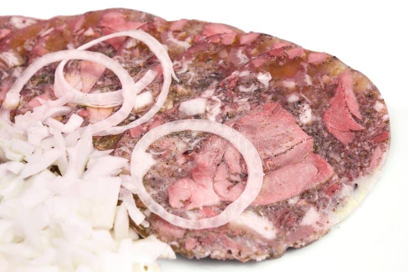 Fatias dos músculos da carne de porco com a cebola na placa fotos de stock royalty free