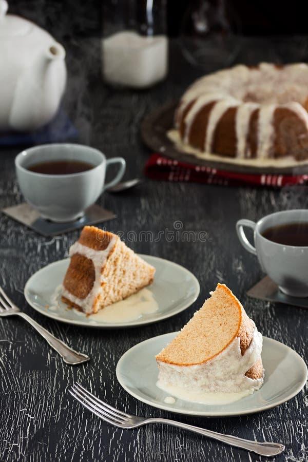 Fatias e chá congelados do bolo de Bundt da canela imagens de stock