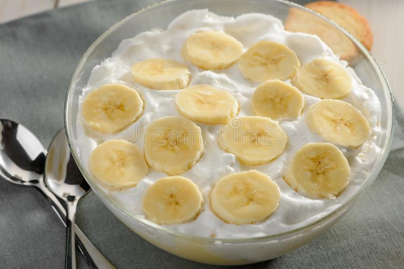 Fatias e chantiliy da banana fotos de stock